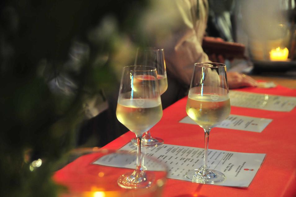 Die Gläser mit sächsischem Wein sind voll. Doch momentan können die Winzer ihre hochwertige Ware nur schwer an die Kunden bringen.