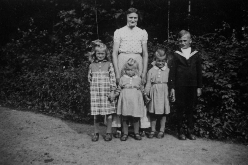 Georg Nuck mit den Schwestern und der Mutter: Als knapp Elfjähriger erlebte er die letzte große Schlacht des Krieges mit.
