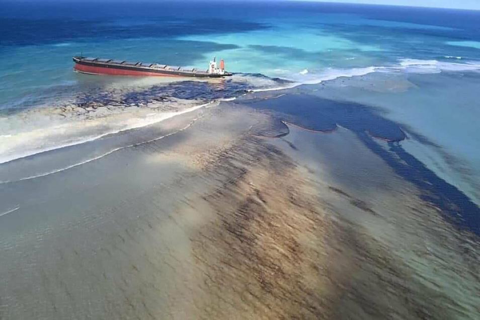 """Die """"Wakashio"""" war ohne Fracht auf dem Weg nach Brasilien und ging vor zwei Wochen vor Mauritius auf Grund. Die Ursache ist bislang unklar."""