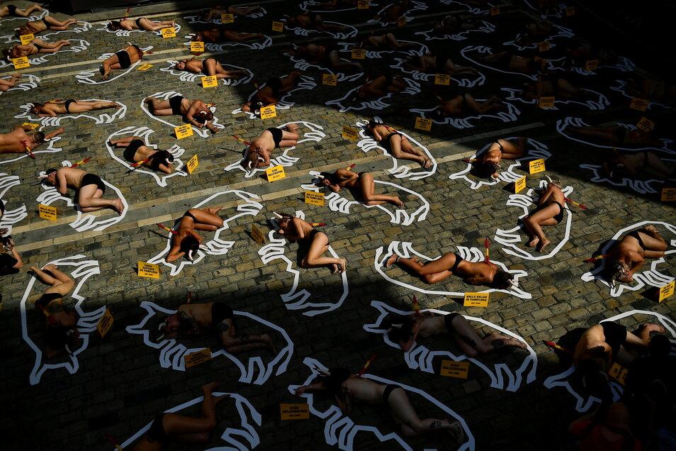 Demonstranten protestieren gegen die Stierkämpfe vor dem Rathaus von Pamplona.