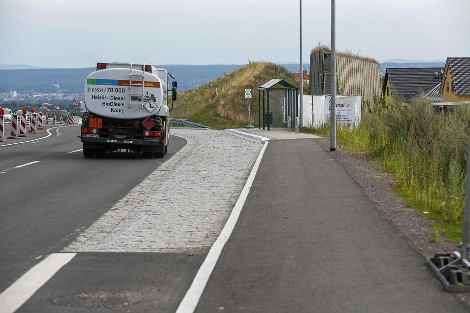 Die Anwohner an der B170 leben nun schon einige Monate ohne Lärmschutzwand. Diese musste zunächst dem neu gebauten Fußweg weichen, soll aber wieder aufgebaut werden.