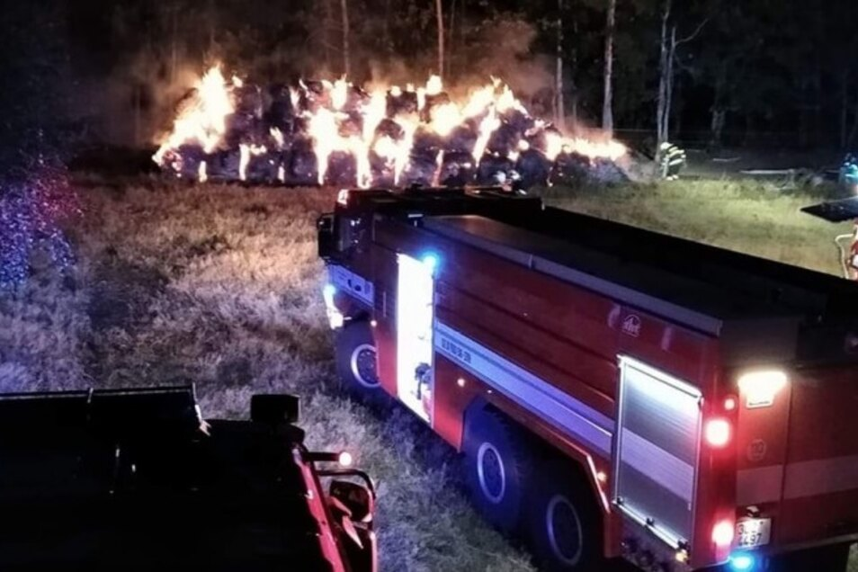 Dieses Mal hat die Feuerwehr 35 Strohballen löschen müssen.