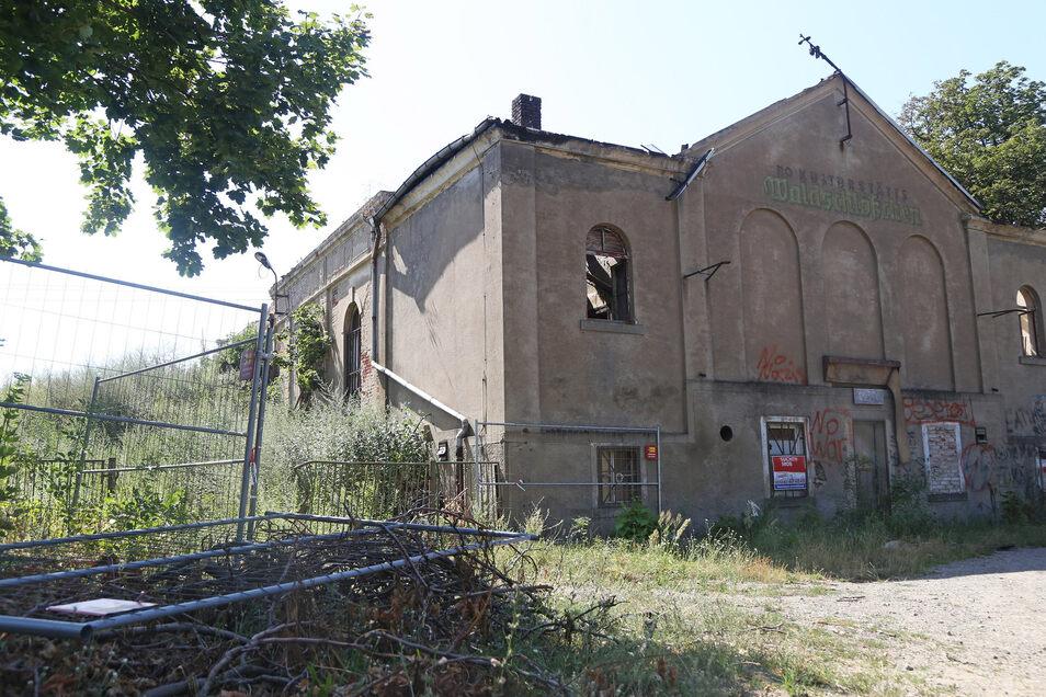 Das alte Waldschlösschen im Zeithainer Ortsteil Röderau ist seit Jahren in keinem guten Zustand. Nach einem Brand Anfang Juni ist die Ruine zudem ungesichert. Das Kreisbauamt hat den Eigentümer deshalb zum Handeln aufgefordert. Doch der hat eine entsprech