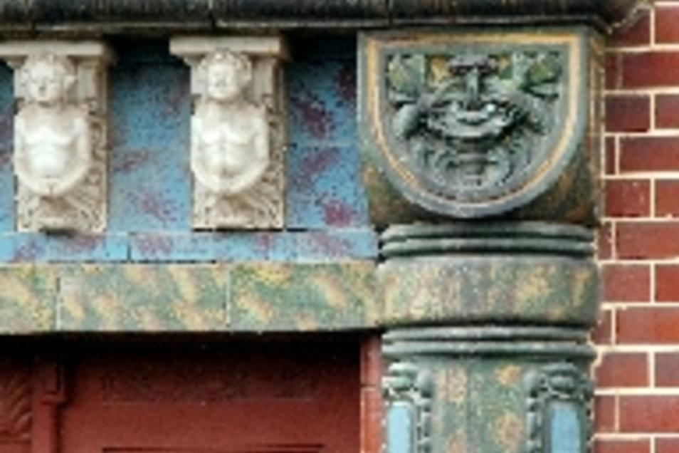 So wie hier am Portal des Bidtelia-Werks existieren in Meißen zahlreiche Zeugnisse der Keramik- und Porzellan-Industrie. Kritiker bemängeln, dass die Stadt diesen Schatz vernachlässige.