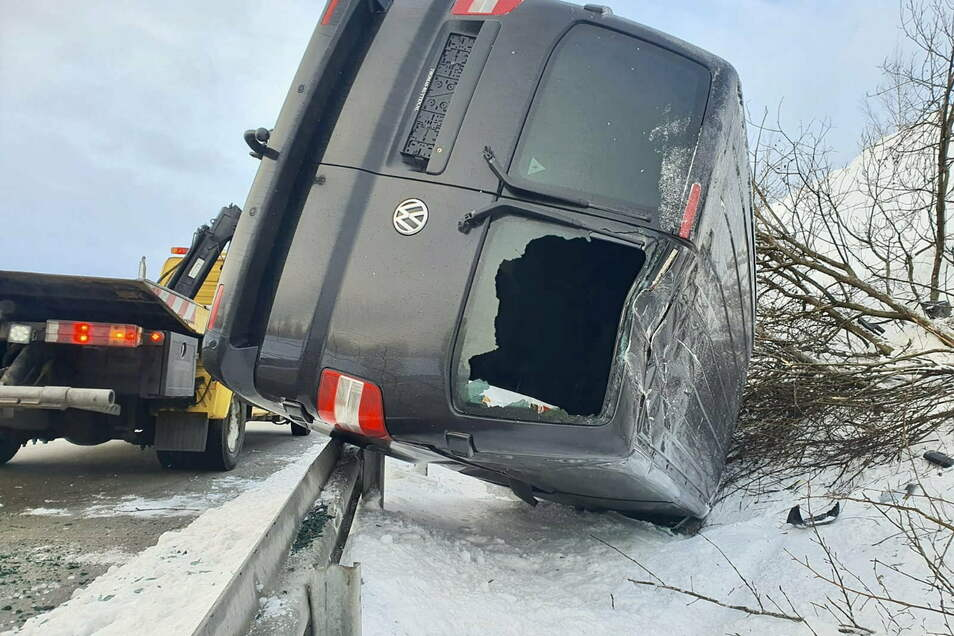 Der auf einem Autoanhänger geladene VW Bus schleuderte in den Straßengraben.