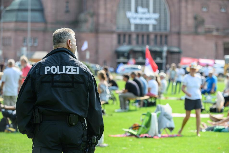 Ein Polizist beobachtet eine Protestaktion gegen die staatlichen Corona-Regeln in Wiesbaden.