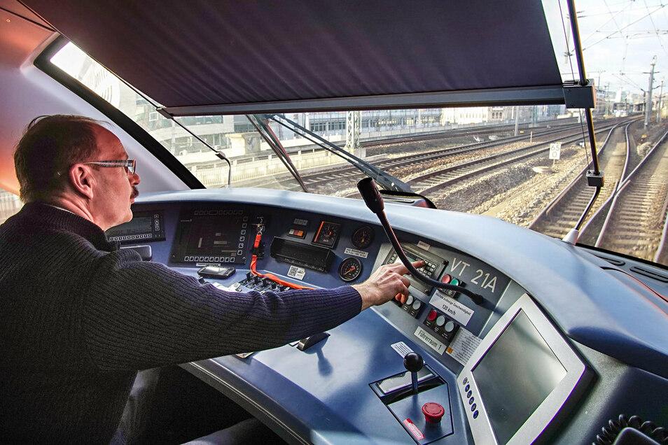 Ein Triebwagenführer steuert den Trilex aus dem Dresdener Hauptbahnhof in Richtung Oberlausitz. Für seine Zugbegleiter-Kollegen kann die Arbeit mitunter eklig werden.