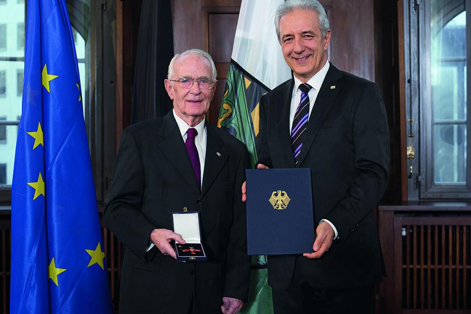 Der frühere sächsische Ministerpräsident Stanislaw Tillich (CDU) überreichte 2015 Walter Lange das Bundesverdienstkreuz.