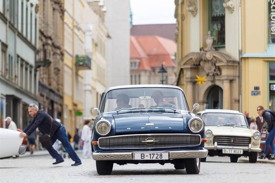 Historische Autos stehen und fahren auf dem Görlitzer Obermarkt.