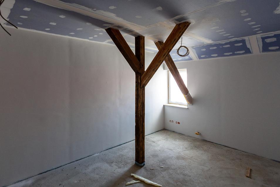 Wo es möglich war, werden die alten Balken erhalten und in die Wohnungen intregriert. Das ist nicht immer praktisch, gibt den Räumen aber eine individuelle Note.