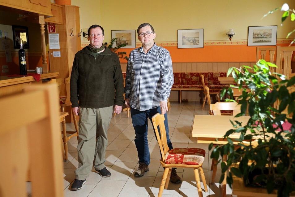 Lutz Aßmus und Uwe Heidenreich sind seit 24 Jahren die Chefs im Goldenen Herold an der Elbstraße in Riesa. Drei Hochwasser haben sie mit ihrem Geschäft überstanden. Ob sie das auch einmal über die Corona-Situation sagen können, ist offen.