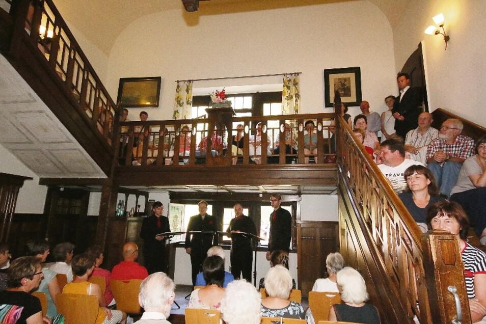 In der ehemaligen Fabrikanten-Villa an der Gersdorfer Straße 6 in Roßwein haben vier Sänger des Nobiles-Quintetts ein Benefizkonzert gegeben. Die Zuhörer saßen und standen dicht an dicht.
