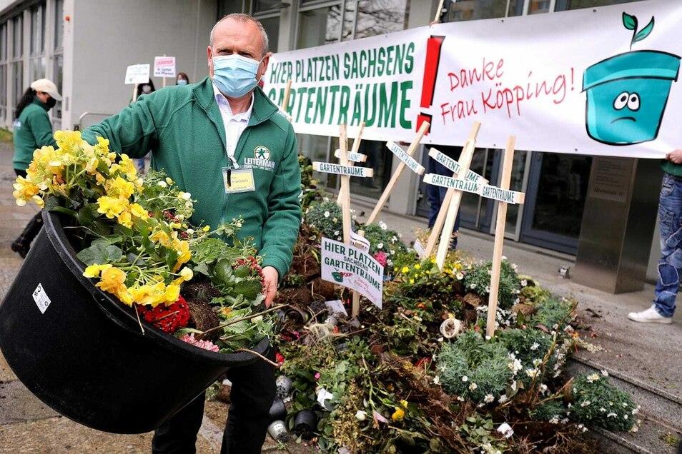 Baumarkt-Chef Stephan Lichtenstein hat am Sonntag Kompost vor das Sozialministerium in Dresden gekippt. Es ist seine Art, gegen die seiner Meinung nach verheerende Auslegung der Notbremse in Sachsen zu protestieren.