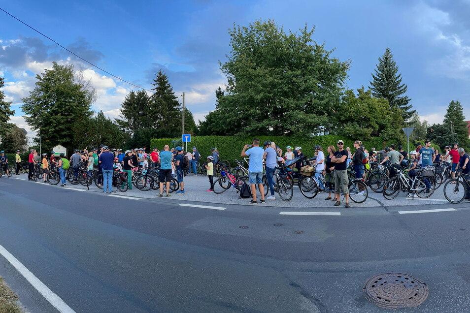 Mehr als 100 Fahrradfahrer nahmen an der jüngsten Demo für einen Radweg zwischen Liegau und Langebrück teil.