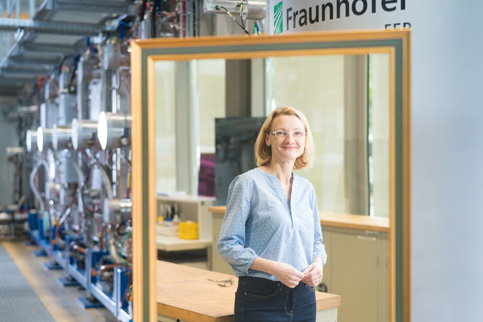 Der Spiegel, in dem Kerstin Täschner zu sehen ist, wurde in der Hochvakuumanlage, die sich hinter dem Spiegel befindet, beschichtet. Die promovierte Optikerin koordiniert am Dresdner Fraunhofer-Institut FEP sämtliche Technologien, die für den Kulturerhalt