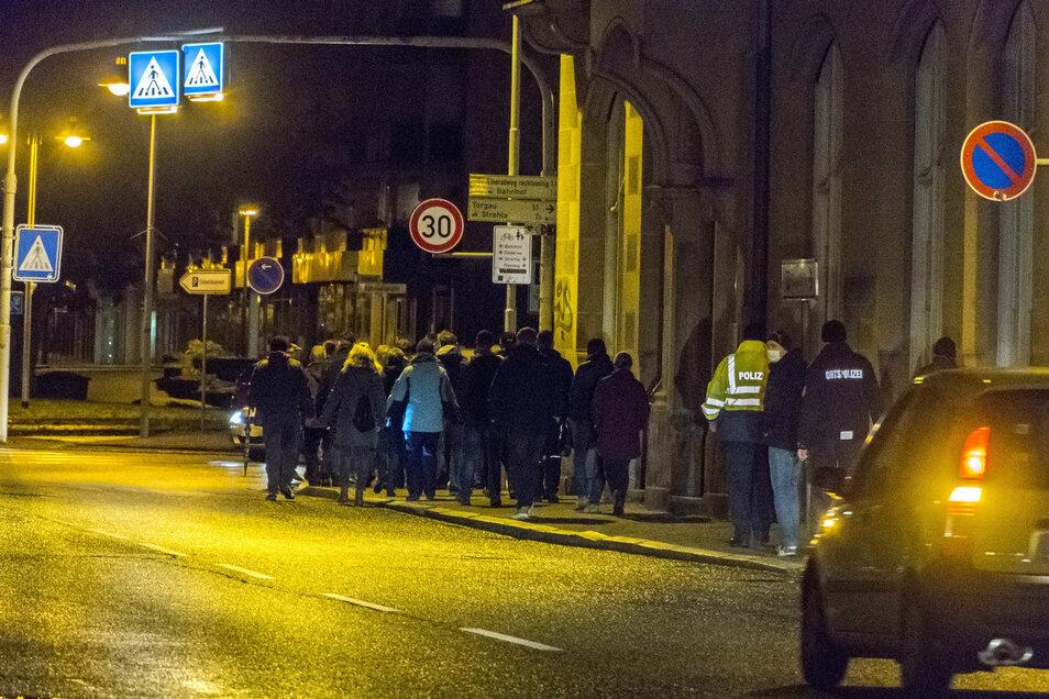Auch an der Bahnhofstraße liefen die Teilnehmer des Corona-Protests wieder entlang. Polizei- und Ordnungsamtskräfte waren präsent, hielten sich aber im Hintergrund.