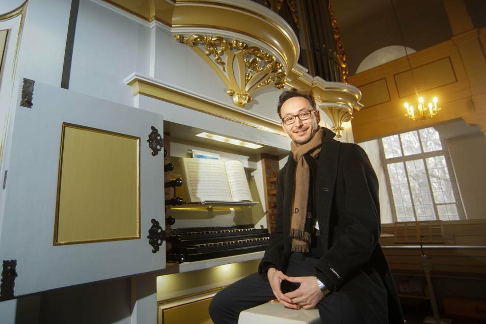 Hans Christian Martin ist neuer Kantor in Crostau. Vor einem Jahr saß er erstmals an der Silbermann-Orgel, heute ist sie sein Instrument.