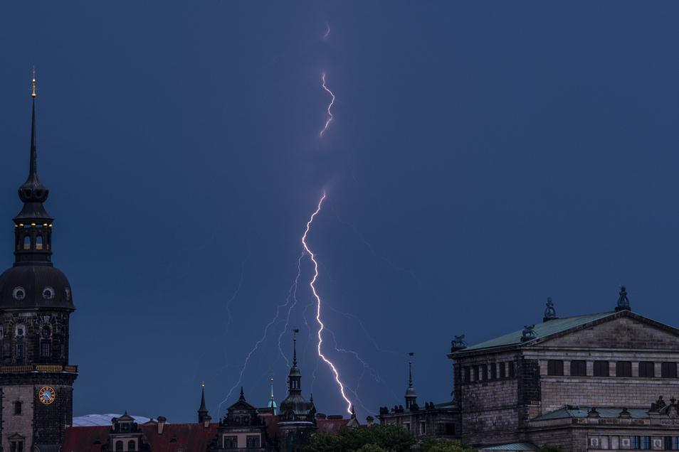 Ein Unwetter fegte am Sonntagabend über Dresden hinweg - glücklicherweise erst nach dem Abschlussfeuerwerk.