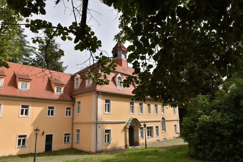 Immer noch idyllisch gelegen und ein schönes Haus, doch der jahrelange Leerstand macht Schloss Friedrichsthal nicht besser.