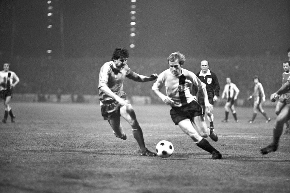 Dynamisch am Ball: Gert Heidler (r.) in einem seiner 54 Europacup-Spiele am 3. November 1976 beim 4:0-Sieg gegen Ferencváros Budapest.
