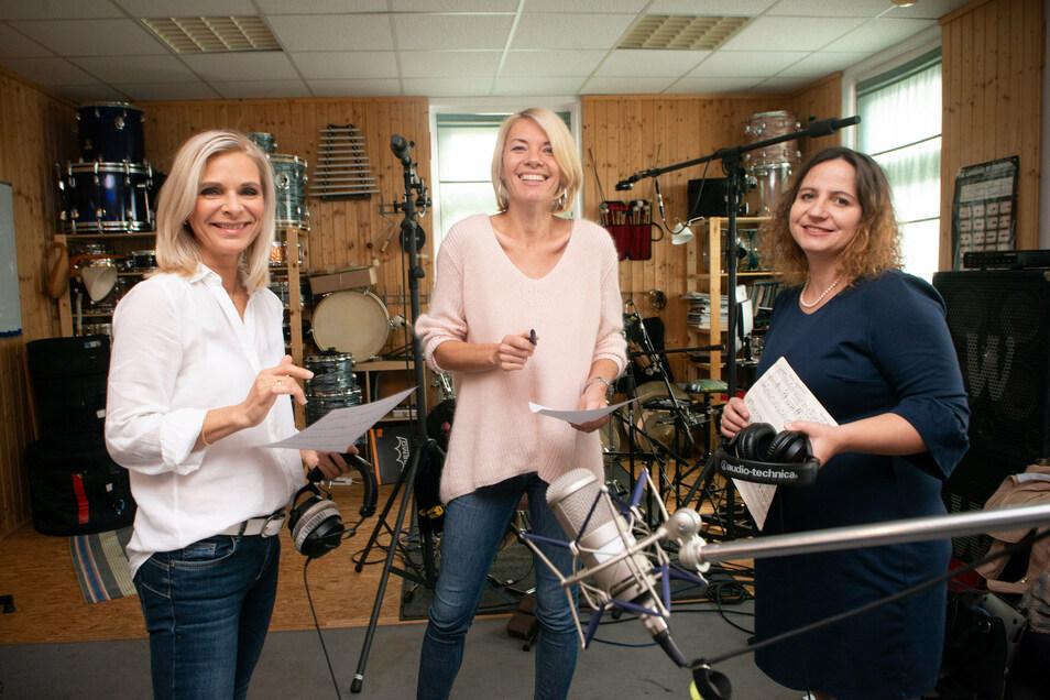 Frauen-Power für die richtige Weihnachtsstimmung: Uta Bresan, Sylvi Piela und Romy Petrick (v.l.) sangen im Studio Lieder für die SZ-Leser ein.