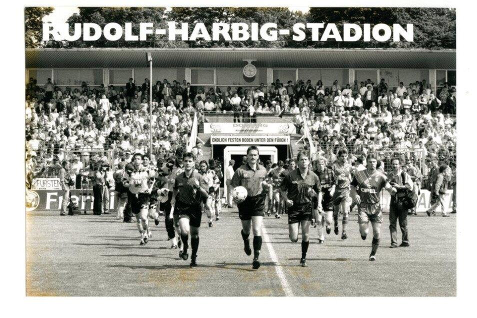 Noch einmal laufen die Schwarz-Gelben als Bundesligist im Rudolf-Harbig-Stadion auf, zu Gast am 30. Juni 1995 ist der FC Bayern München mit Kapitän Thomas Helmer (r.); für Dynamo spielt auch Florian Weichert (l.).