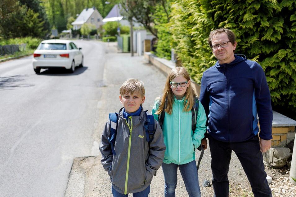 Thomas Olonczik und seine Kinder Lennart und Marisa stehen vor ihrem Haus an der Friedersdorfer Straße in Görlitz. Sie beklagen, dass der Schulweg für die Kinder gefährlich ist. Die Straße müsste saniert werden und einen Gehweg erhalten.