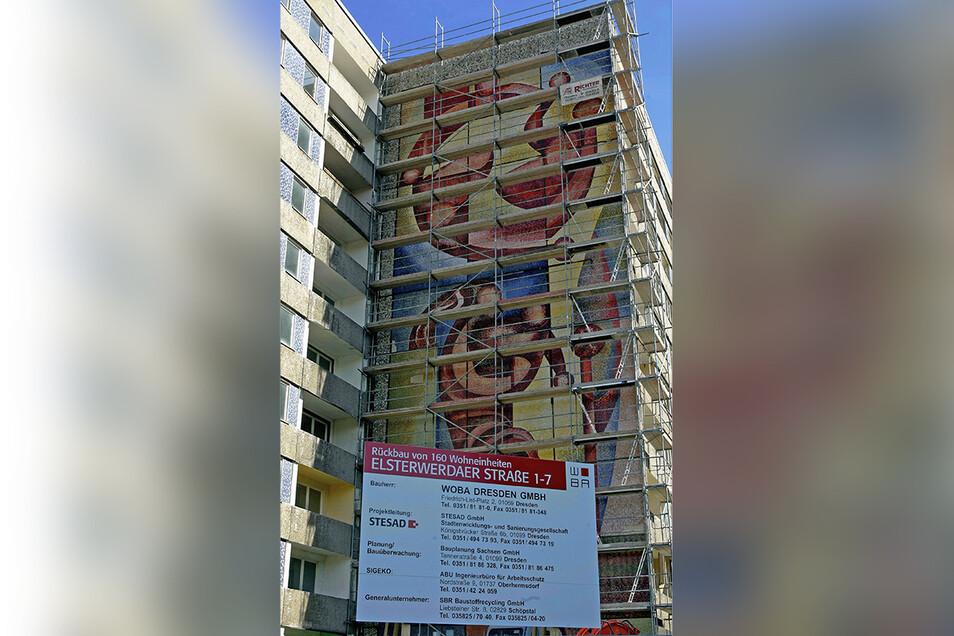 Das ist der Orignalstandort des Mosaiks an der Elsterwerdaer Straße in Dresden-Prohlis. Als das Foto 2004 entstand, war der Abriss schon beschlossen.