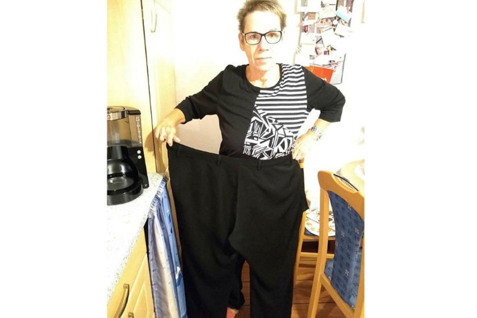 Carola Oehmig zeigt ihre alte Hose, Größe 56.