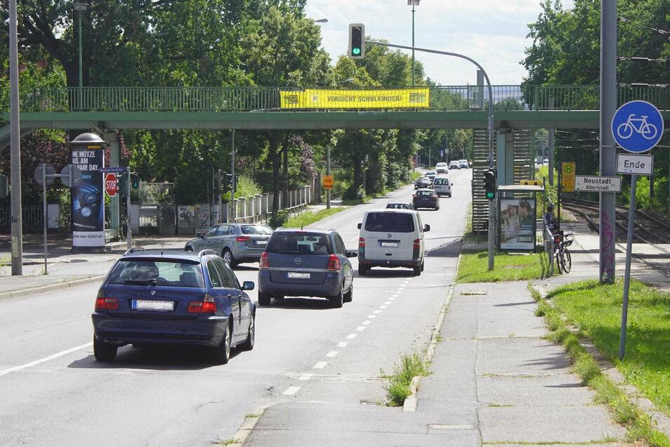 Ein kurzes Stück des Radweges an der Königsbrücker Straße bekam jetzt einen erhöhten Bord.