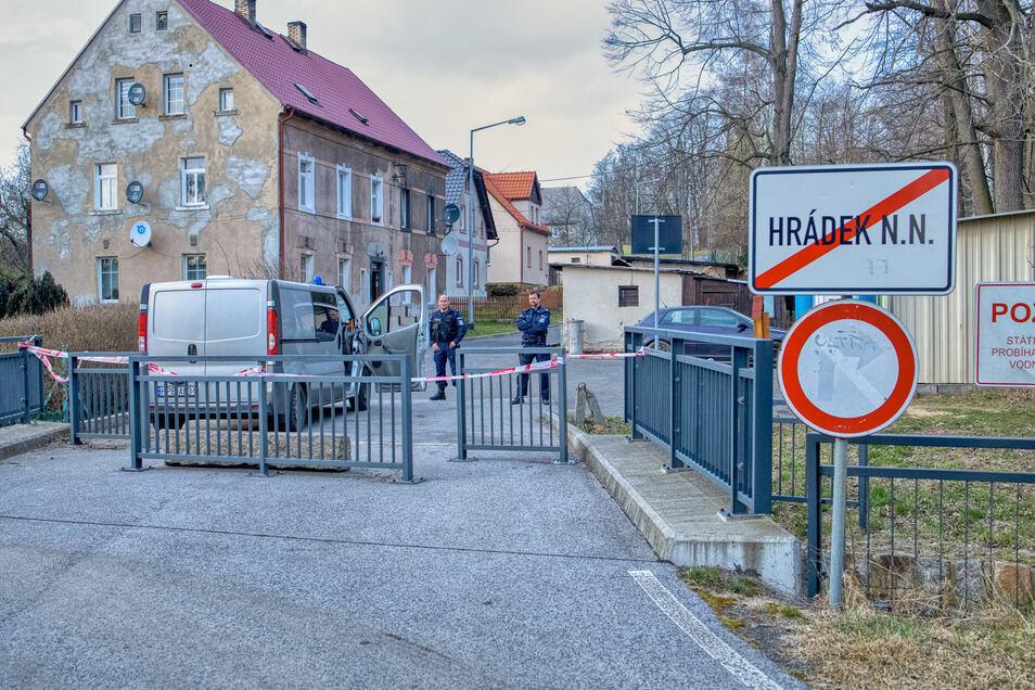 Die Polizei versperrt den Zutritt nach Hradek (Grottau), einer der touristischen Ausflugsziele.