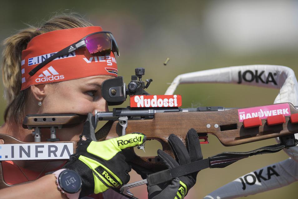 Wenn Biathletin Denise Herrmann am Schießstand steht, fangen die Kameras sieben oder mehr Sponsoren und Ausrüster ein.