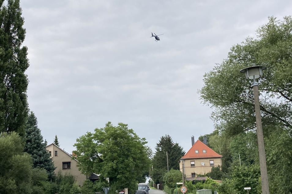 Der Polizei-Heli über dem Lauchaer Weg.