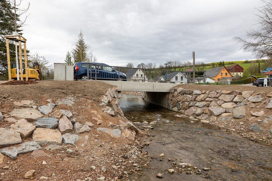 Eines der letzten Bauvorhaben entlang des Reichstädter Bachs ist die neue Brücke an der Obercarsdorfer Straße. Ihr Bau kostete rund 400.000 Euro.
