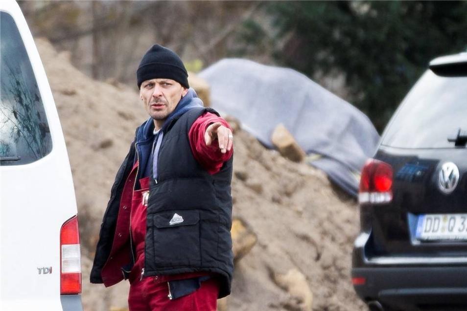 Baggerführer André Nitzsche (im Hintergrund die abgedeckte Bombe) ...