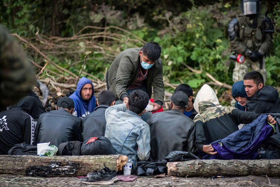 Seit Anfang August lässt Belarus verstärkt Flüchtlinge ins Land, die dann von dort aus versuchen, über Polen nach Deutschland zu kommen. Das Foto zeigt afghanische Flüchtlinge, die an der polnisch-belarussischen Grenze in einem behelfsmäßigen Lager