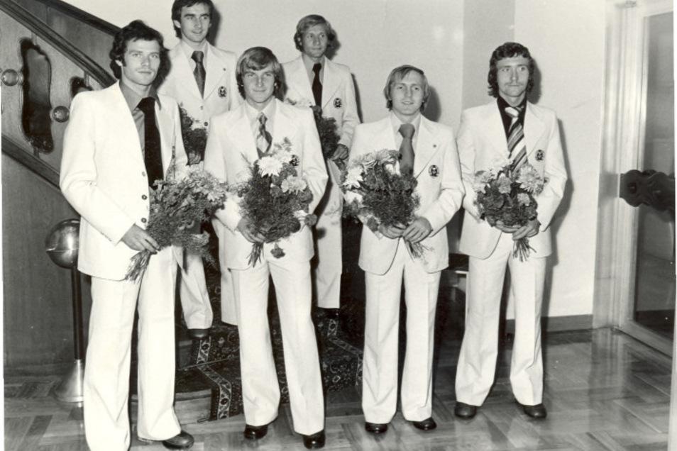 Mit Schlips, Krawatte und Blumenstrauß: Dynamos Olympiasieger von 1976 Dresden Hartmut Schade, Reinhard Häfner, Hans-Jürgen Dörner, Gert Heidler, Dieter Riedel, und Gerd Weber (v. l.).
