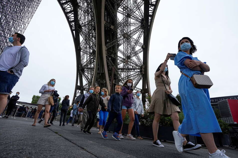 Paris: Besucher kommen am 16. Juli am Eiffelturm an. Der Turm hat nach monatelanger Corona-Pause wieder geöffnet.