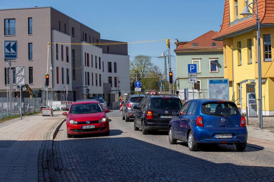 So viele Autos auf der Bahnhofstraße in Heidenau? Das ist selten, kommt aber aufgrund der Ampel jetzt öfter vor.