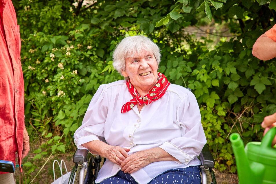 Sichtlich glücklich über ihre Baumspende: Irene Fels.