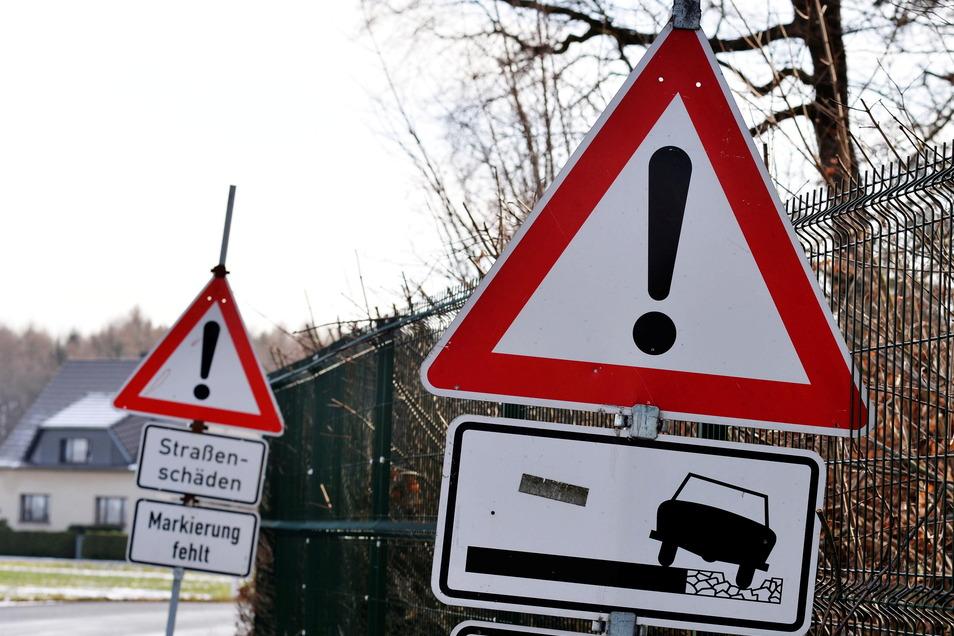 Schilder zeigen es an: Die Straßen im Kreis haben durch den Frost der vergangenen Wochen ziemlich gelitten.