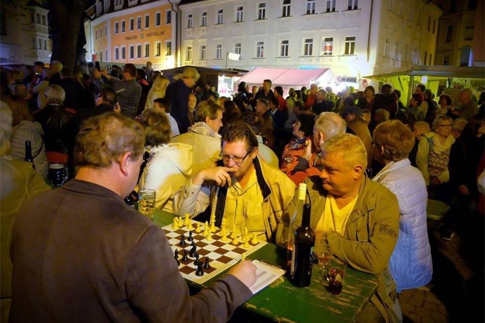 Auf dem Heinrichsplatz half Wein beim Überlegen des nächsten Schachzuges.
