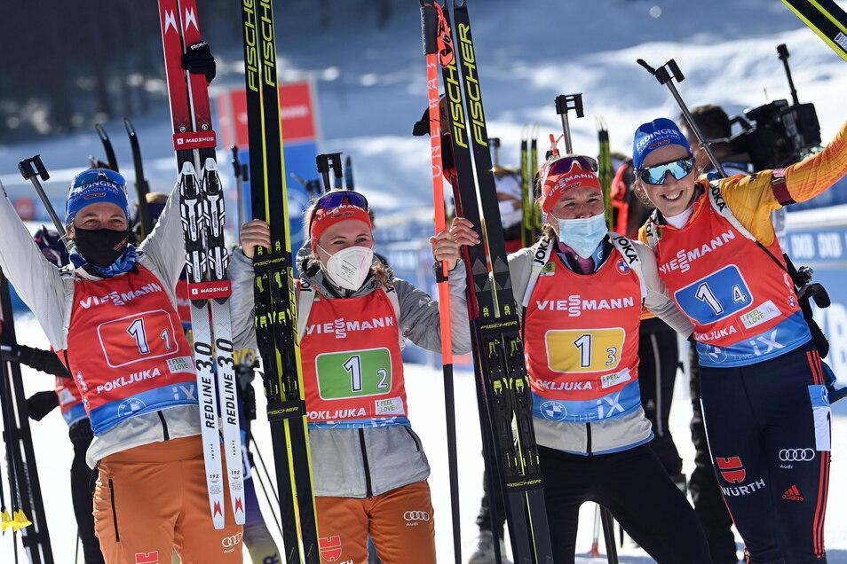 Das deutsche Team mit Vanessa Hinz, Janina Hettich, Denise Herrmann und Franziska Preuß (v.l.n.r.) jubelt im Ziel über den zweiten Platz.
