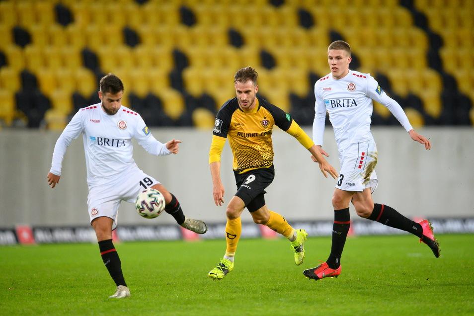 Pascal Sohm, hier gegen Wiesbadens Michel Niemeyer (l) und Jakov Medic, gehört nicht nur wegen seines Treffers zu den auffälligsten Dynamos in der ersten Hälfte.