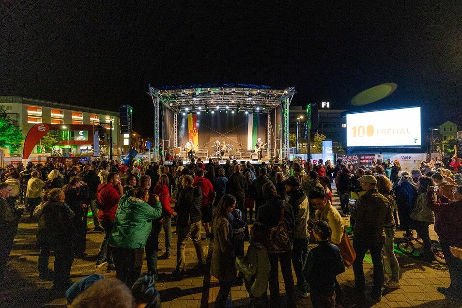 So geht Stadtfest: Am Samstagabend ist richtig Stimmung auf dem Neumarkt.