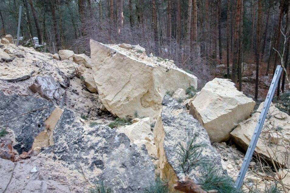 Riesige Felsbrocken liegen nach dem Sturz am Boden.