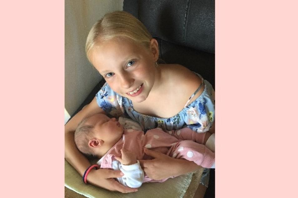 Flora und Schwester Klara Geboren am 5. Juni Geburtsort Kamenz Gewicht 3960 Gramm Größe 52 Zentimeter Eltern Diana und René Oswald Wohnort Steina Foto: privat