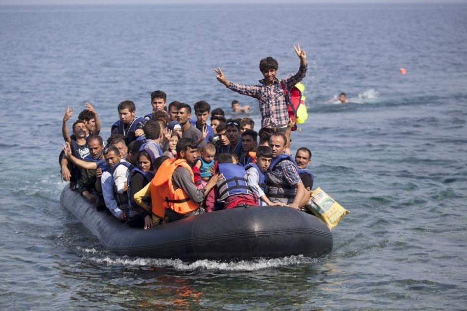 Flüchtlinge aus Syrien und Afghanistan erreichen mit ihrem Schlauchboot die Küste von Lesbos.