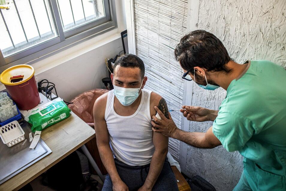Ein Mann erhält seine Dosis des Corona-Impfstoffs im Impfzentrum des Sourasky Medical Centre in Tel Aviv.