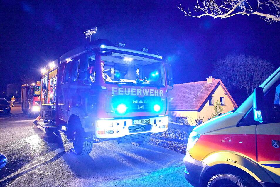 Der Brand einer Hecke in Röhrsdorf Anfang März hat eine Debatte um die Bezahlung von Feuerwehreinsätzen ausgelöst.